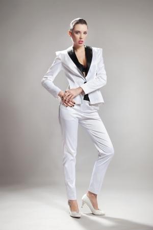 mujer cuerpo completo: Atractivo joven trabajador de la oficina