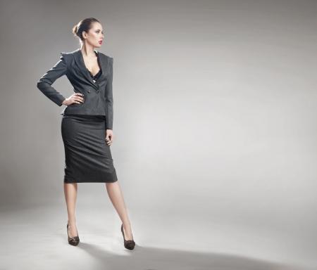 persona de pie: Joven empresaria elegante