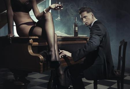 Sexy donna con un bicchiere di vino