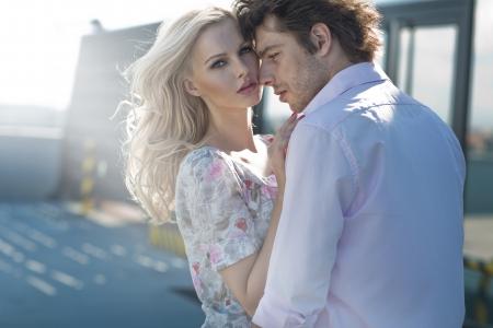romantique: Jeune couple posant dans les zones urbaines scener