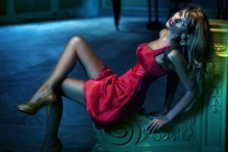 Sexy donna indossa il vestito rosso