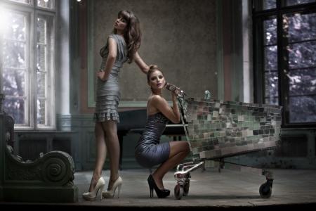 caras emociones: Dos mujeres sexy posando en el palacio