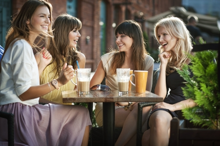 amigas conversando: Cuatro chicas disfrutando de la reunión