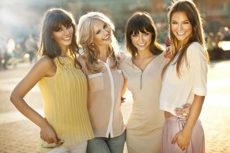socializando: Un grupo de mujer sonriente