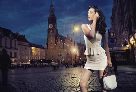 moda ropa: Belleza atractiva joven posando sobre fondo de la noche de la ciudad