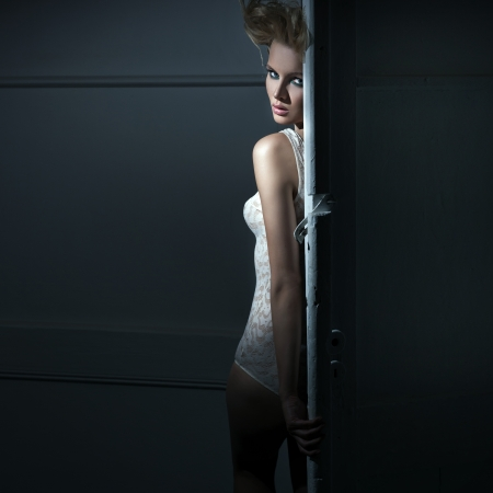 femme en lingerie: Jeune beaut� derri�re la porte Banque d'images