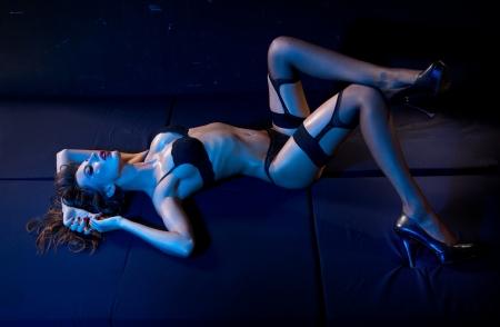 ropa interior femenina: Sexy lady tendido en el suelo