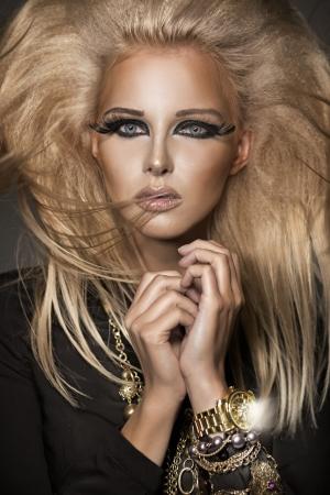 trucco: Giovane donna con il make-up interessante