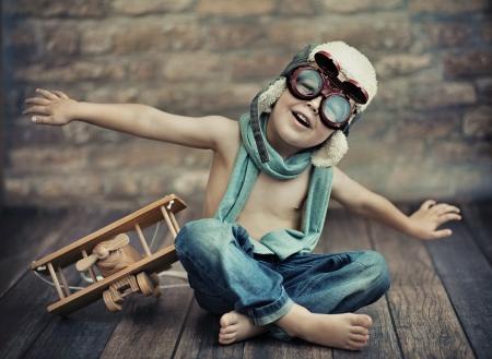 enfant qui joue: Petit gar�on jouant Banque d'images