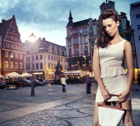 chicas comprando: Hermosa mujer con un vestido blanco Foto de archivo