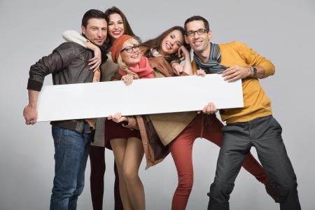 lidé: Skupina mladých přátel chtějí inzerovat Reklamní fotografie