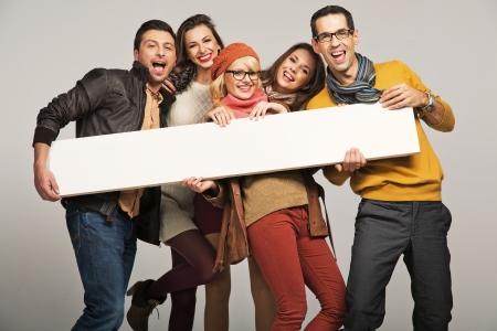 donna entusiasta: Gruppo di persone sorridenti con la scheda vuota