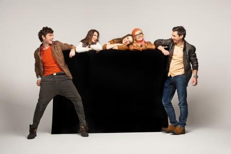 Groep lachende vrienden met lege bord