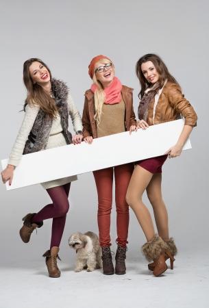 leeg bord: Teenage dames plezier met een leeg bord Stockfoto