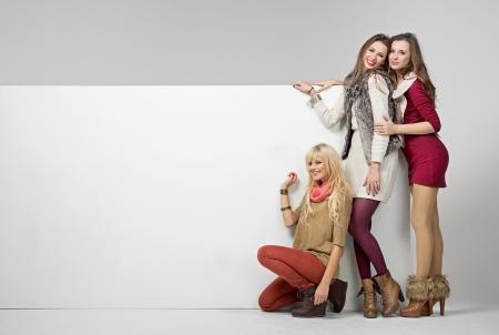 leeg bord: Fashion aantrekkelijke meisjes met een leeg bord
