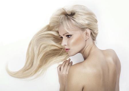modelo desnuda: Atractiva mujer rubia de pelo posando