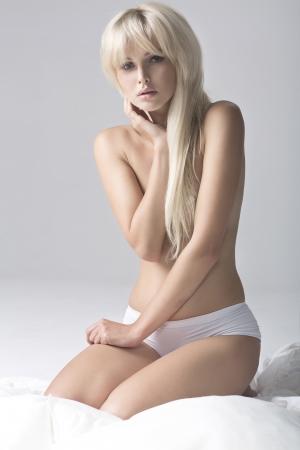 naked bodies: Retrato de muchacha rubia fresca y hermosa en la cama