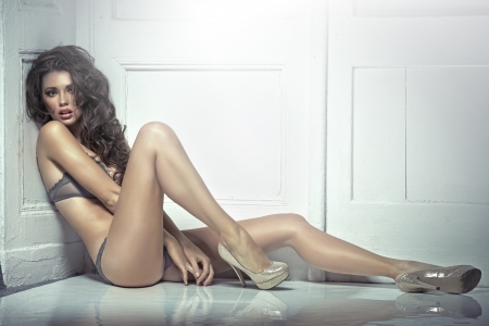 donna sexy: Bella seducente giovane donna bruna in lingerie sexy