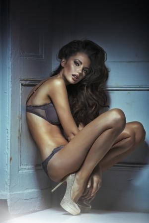 ropa interior femenina: Lanzamiento de la manera de la mujer atractiva joven en ropa interior sensual Foto de archivo
