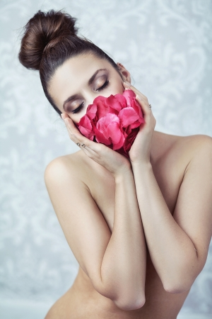 Naked lady with roses petal mask