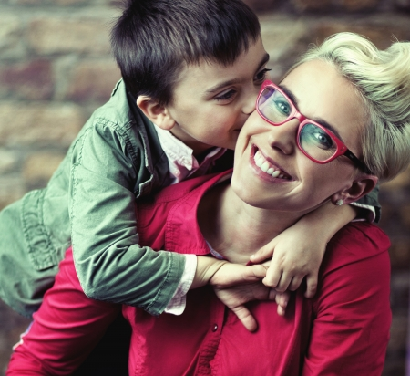 madre soltera: Joyful madre con su hijo lindo