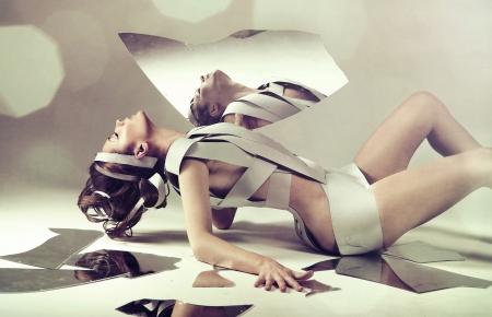 mujeres jovenes desnudas: Mujer desnuda usando tiras de papel