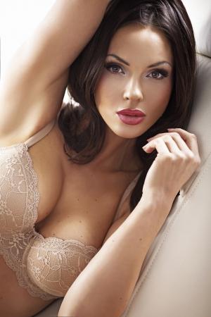 Pulire la pelle bella donna che indossa reggiseno sensuale