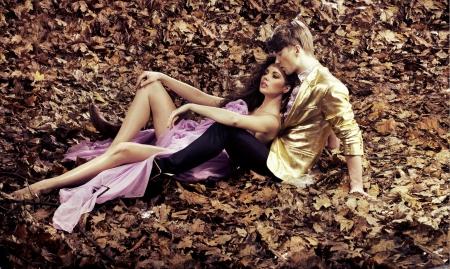 femme romantique: Couple de d�tente pendant la journ�e un automne de Banque d'images