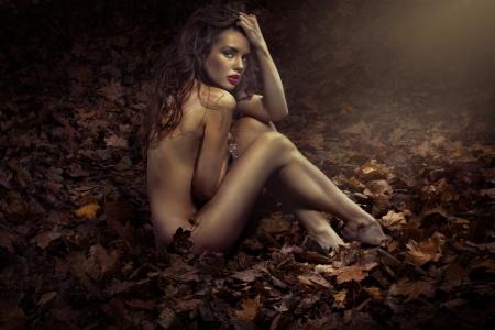 nudo integrale: Nude bella principessa tra le foglie Archivio Fotografico