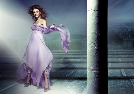 traje de gala: Increíble imagen de sensual joven morena vestido Waering lillac