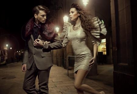 coquetear: Pareja de moda joven en paseo nocturno Foto de archivo