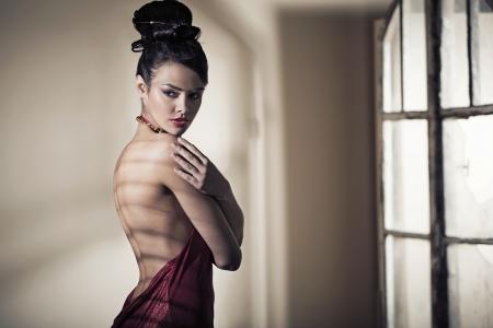 modelo desnuda: Fabuloso chica hermosa morena llevaba vestido de noche