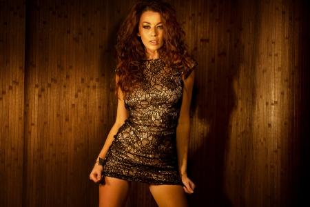 poses de modelos: Atractivo joven mujer morena con ropa sensual