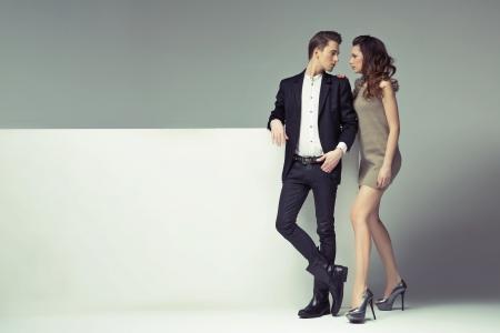 bonsoir: Fantastique jeune couple regardant dans les yeux Banque d'images