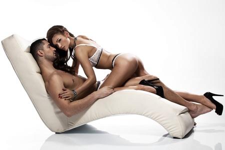 Donna sensuale con lingerie sexy, toccando il suo bel marito