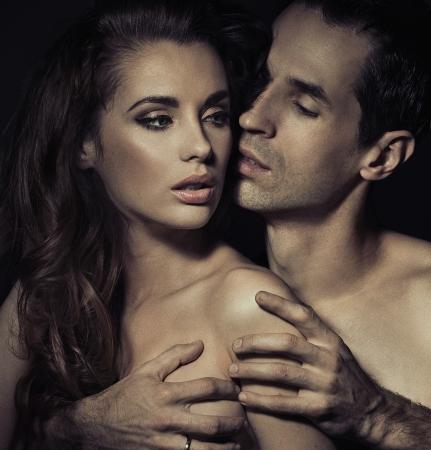 sexo pareja joven: Retrato de una joven pareja en actitud rom�ntica sensual