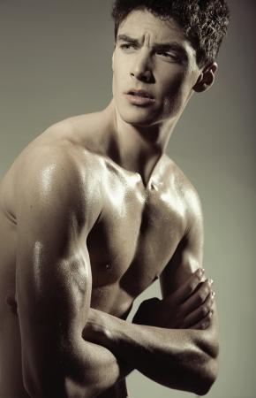 nackter junge: handsome guy mit muskulösen Körper