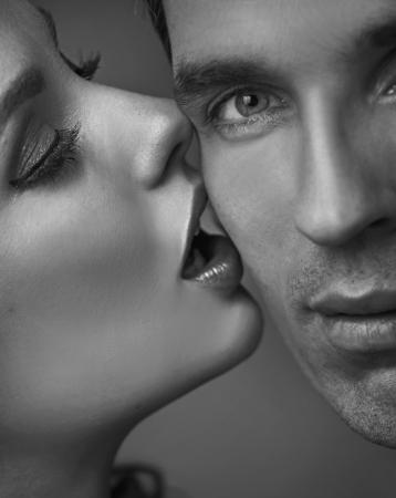 femme se deshabille: Portrait d'un couple d'adultes tr�s sensuelle
