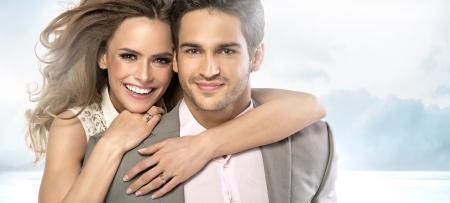 uomo felice: Soddisfatto giovane uomo con la sua affascinante fidanzata