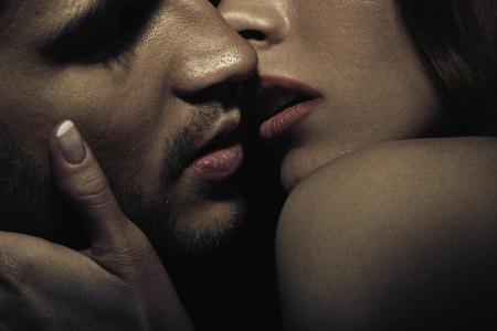 femme se deshabille: Photo de sensuelle jeune couple s'embrasser