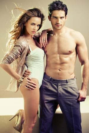 sexy nackte frau: Muskul�s Mann umarmt seine gro�e Freundin Lizenzfreie Bilder