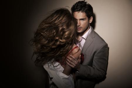 Bell'uomo con la sua ragazza sensuale