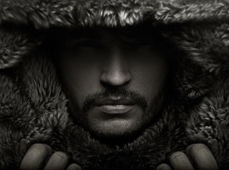 actitudes: Retrato de un hombre joven en la capucha de piel