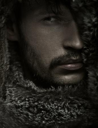 ojos marrones: Foto asombrosa del hombre con el pelo facial Foto de archivo