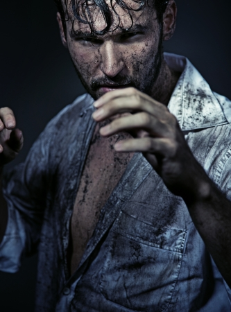 manos sucias: Chico guapo Dirty prepareing para luchar