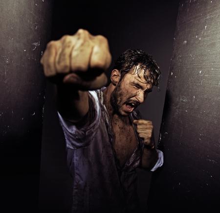 piernas hombre: Luchar chico sucio con la naturaleza dura