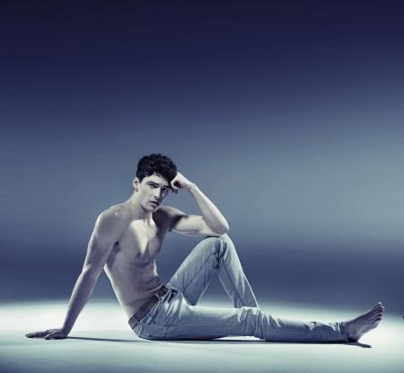 mujer hombre: Muscular joven en pose sexy
