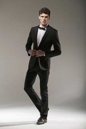 lazo negro: Manl joven elegante en pose de moda Foto de archivo