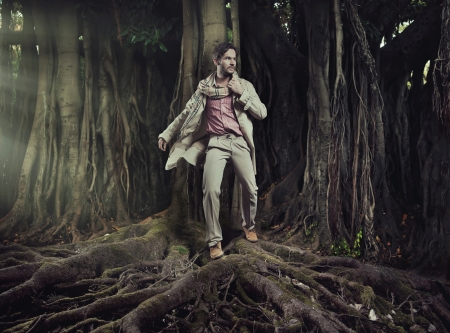 poses de modelos: Hombre joven elegante en el fondo la naturaleza Foto de archivo