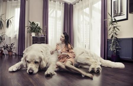 mujer perro: Se�ora joven que abraza perro grande